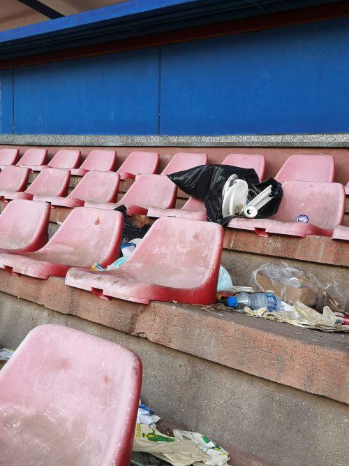 Đubre koje stoji dugo na stadionu